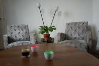 Fauteuils, table et lampe chinés par Yann Rossetto (profil sur Facebook)