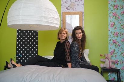 Isabelle et Clara dans la chambre d'Alix
