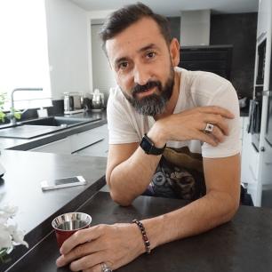 Bracelet Raul Barthe - Bague trouvée en brocante offerte par Catherine - Chevalière Kenzo - T-shirt The Kooples