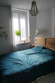Tête de lit : ancienne porte de frigo détournée
