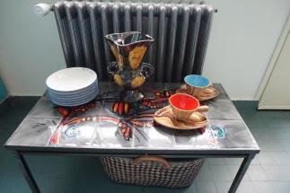 """Table Vallauris collection """"La grange """" - Tasses et vase Vallauris - Assiettes italiennes récupérées dans un restaurant parisien"""